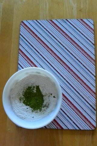 En un recipiente aparte, mezcle 2 tazas de harina, 1 cucharada de polvo de hornear, 1 cucharadita de bicarbonato de sodio, 3 cucharadas de azúcar, 1 cucharadita de sal y 1 cucharada de Matcha Green Tea.