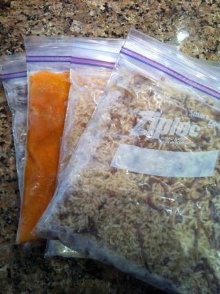 Ahora utilizo bolsas ziplock congelador para almacenar alimentos que puede transformar la forma. Al igual que los líquidos, líquidos semi, sobras de tamaño de bocado (arroz, pasta ...). e incluso la carne cruda moldeable como el de mama y carne molida.