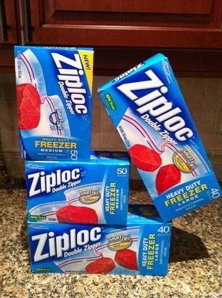 Bolsas ziplock Congelador vienen en dos tamaños, mediano y grande. Yo uso el tamaño medio para almacenar porciones individuales y los grandes para porciones de tamaño familiar.