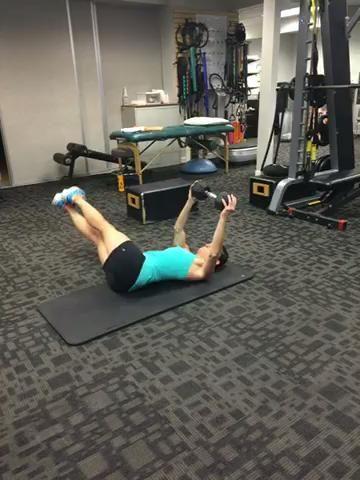 Péndulo movimiento de las piernas usando 1 mancuerna pesada - 1 minuto - asegurándose de mantener la mancuerna horizontal