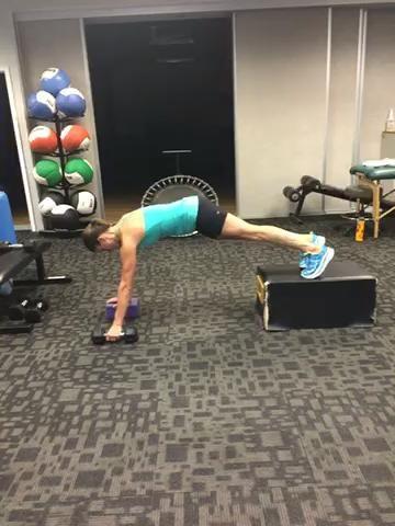 Mancuernas Medio individuales filas del brazo con extensión de tríceps - 15 repeticiones
