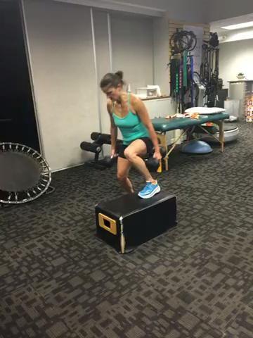 Intensificar caída a paso hacia arriba y dimitir y parte posterior - 12 repeticiones w / 2 pesas pesadas