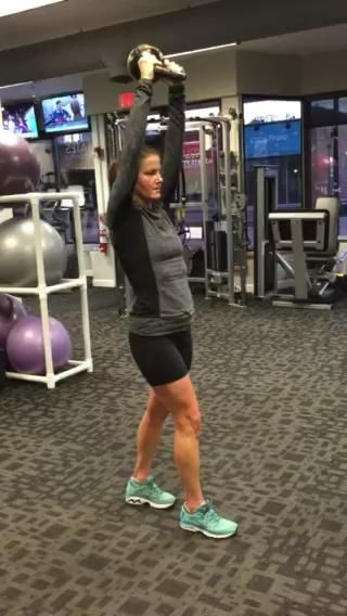 30 KB extensiones de tríceps por encima (15 con cada pie adelante)