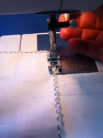 Este video muestra cómo quitar el tejido de la máquina de coser, una vez que haya terminado su carrera costura.