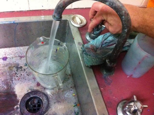 El agua caliente se aplica al agente de ajuste.