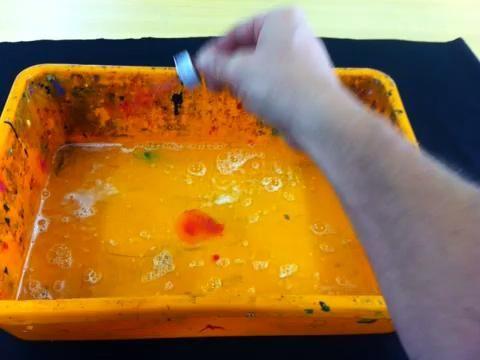 Agregue su primer color con un movimiento rápido que en la parte superior del agua como se muestra.