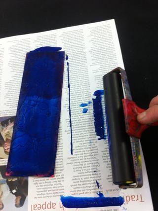Ahora limpiar el exceso de pegamento en el periódico.