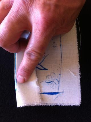 Ahora dobla en los dobladillos de su tira de diseño y planchar hacia abajo para prepararlo para ser cosido en la parte frontal de la bolsa.