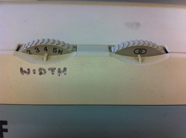 Asegúrese de que estos 2 diales están en esta configuración. A la izquierda está la perilla de ancho de puntada ... cuanto más alto sea el número, más ancha es la puntada. A la izquierda está el indicador de posición de la aguja, ésta se centra.