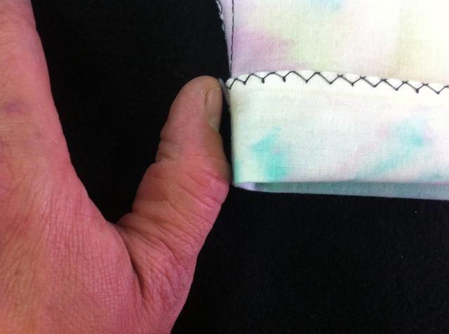 Esto muestra la profundidad de la dobladillo de modo que haya suficiente espacio para el cordón.