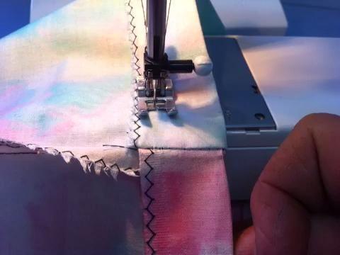 Al llegar hasta el otro lado del dobladillo, sólo seguir la costura recta sobre ella, como se muestra en este video.