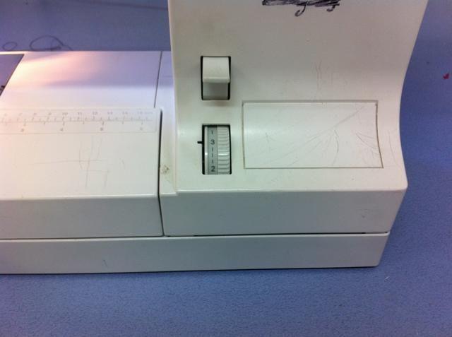 Esto es sólo mostrando donde se encuentra la longitud de línea de la puntada en la máquina. Por encima de él es la palanca que se utiliza para iniciar la costura en reversa.