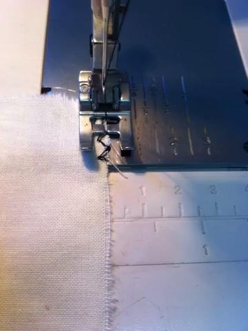 Este video muestra cómo colocar la tela debajo del prensatelas. Observe cómo las huelgas de agujas en el material y luego se apaga el material. También le recuerda cómo convertir esquinas utilizando la aguja.