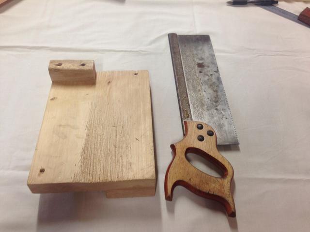 Ahora usted tendrá que obtener una sierra Tenon y un gancho de banco para preparar para el corte de la madera en sus 4 lados separados.