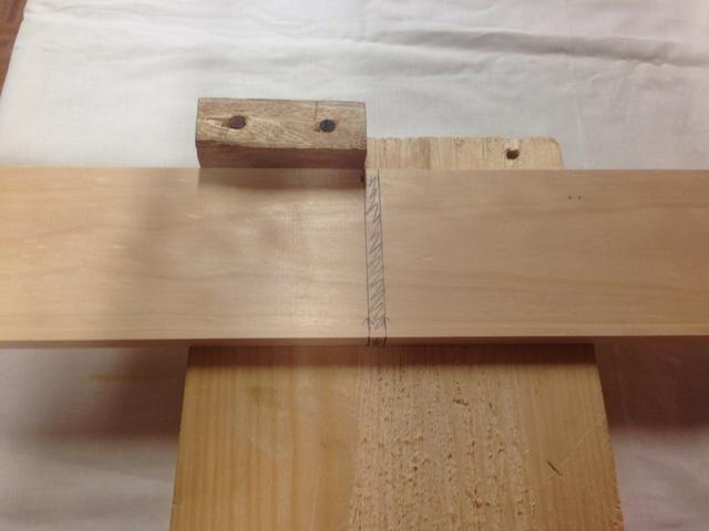 Si usted es diestro, así es como el de la madera debe ser colocado en el gancho de banco. Si usted es zurdo, voltear tu Banca Hook otra vez en su vicio y será orientado para usted.