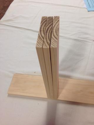 Coloque todas las piezas en una superficie plana para comprobar que todos ellos son de la misma longitud. Esto es importante para que su cuadro es perfectamente cuadrada que hace montar la base y frontal más fácil.