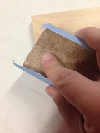 Use un corcho Block y 180 papel de lija de grado. Muy suavemente tire del papel de lija en un ángulo de 45 grados a través de las rebabas hasta que hayan sido eliminados. Asegúrese de retirar únicamente las rebabas, no cualquiera de su pieza.
