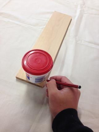 Para obtener el borde superior redondeado, coloque el rubor recipiente con la parte superior y el lado de la madera, y el uso de un lápiz, traza los contenedores dan forma a como se muestra.