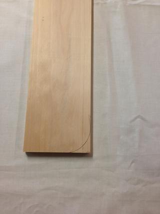 Aquí está la forma trazada en la madera. Ahora haga lo mismo para el otro lado. Recuerde que debe garantizar a rastrear la forma en la parte superior de la otra pieza lateral.