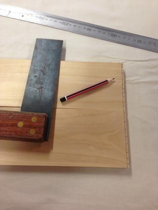 El uso de un lápiz afilado, cuadrado triple y una regla, marcar con precisión su 5mm madera desde el borde para darle un punto de partida la plaza para el resto de sus partes.
