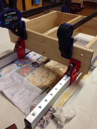 Una vez que se han unido todos sus estantes a sus dos piezas laterales, comience sujeción. Asegúrese de utilizar las pinzas de guillotina para sujetar inicialmente su estante juntos.