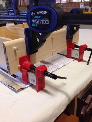 Las pinzas de agarre rápidas se pueden utilizar para sujetar la parte superior de la parrilla si no hay más abrazaderas de guillotina en la habitación.