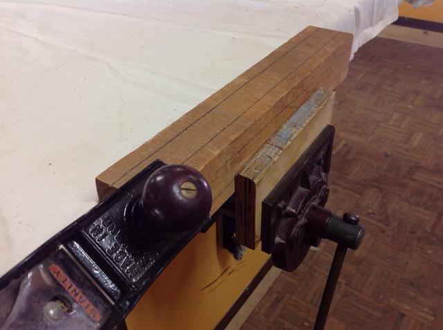 Coloca el blanco en su vicio, para que pueda plano el exceso de madera en cada esquina.