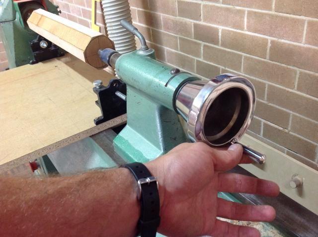 Después de cerrar fuera de la cola del Stock en posición, el viento en la rueda de mano para aplicar presión a su proyecto.