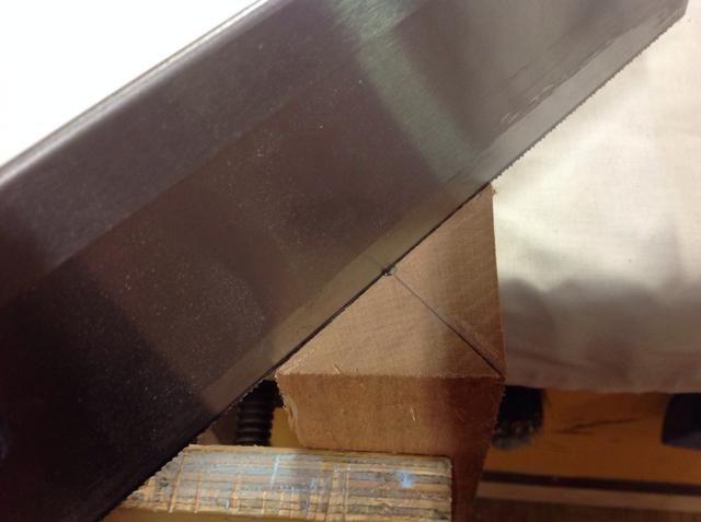 Ahora usa una espiga vio cortar surcos profundos de 5 mm a través de las diagonales de sólo 1 final