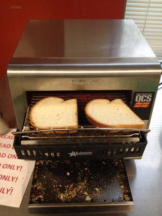 Utilice el (pan solamente) tostador para tostar el pan.