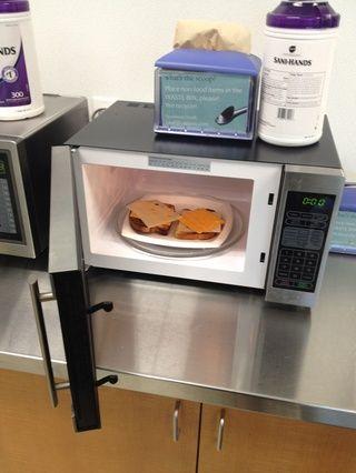 Organice su queso en el pan recién tostado y palo que ish en el microondas. Me parece que alrededor de 30 a 35 segundos es sobre la derecha.