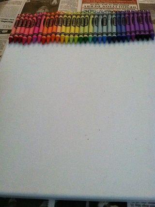 Coloque sus colores como se desee, y, utilizando su pistola de pegamento, pegamento a la parte superior de la tela (papel excedencia crayones)