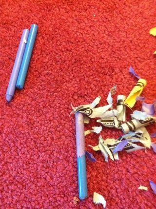 Pelar los lápices de colores y si usted no tiene suficiente, me gusta romper por la mitad.