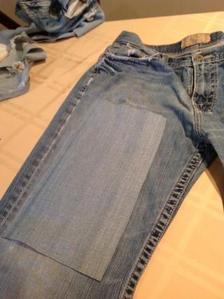 Para parches sacrifiqué un par de jeans que se encontraban en peor estado. Corté un pedazo de un centímetro o dos más grandes en todo, y lo puse a cabo con la textura de ejecutar la misma dirección.