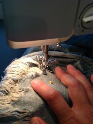 Siempre me lo quito de la máquina después de hacer una sección, la espalda puntada para bloquear mi trabajo en la tela, y luego ajustar mi tela y comenzar de nuevo en una nueva zona. Alineación de mis puntos de sutura para que pueda't tell.