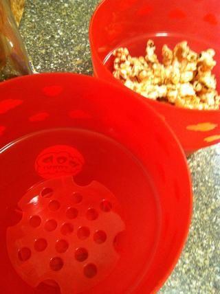 Vierta en super lindo cuencos de palomitas de maíz destinadas a separar los granos sin reventar.