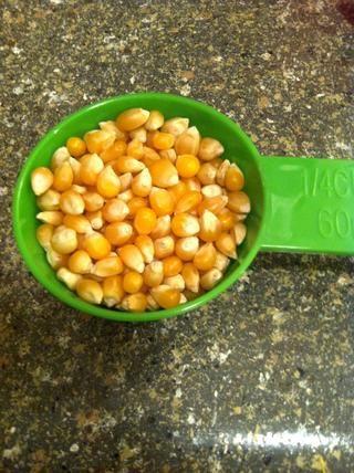1/4 taza de maíz sin reventar es suficiente para dos porciones. O uno grande que sirve.