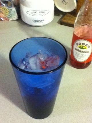 Añadir un buen trago de granadina, más de lo que cree que necesita.