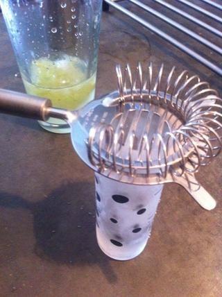La cepa de la coctelera en el vaso