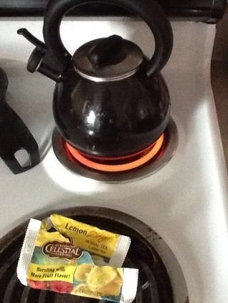 Hervir el agua para el té que se va a mezclar en su henna ... Usé limón té Zinger y me hizo una hermosa tonalidad rosa ...