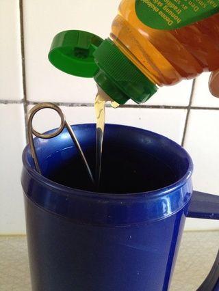Coloque el sistema de infusión en la taza aisladas, añadir un poco de miel y llenar la copa aproximadamente 3/4 llena con agua hirviendo.