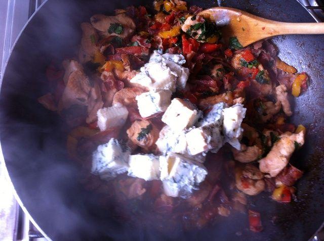 Agregue el Gorgonzola con otros ingredientes y mezclar todo junto lo Gorgonzola puede derretir.