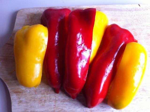 Tomar dos pimientos de tamaño medio, de color amarillo y leer.