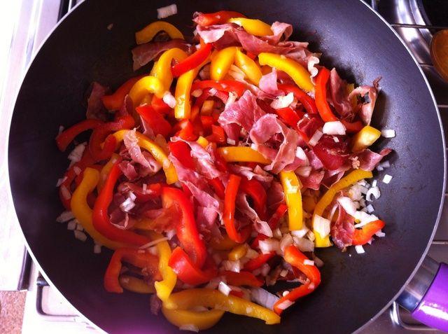 Agregue la cebolla y los pimientos al jamón y freír juntos durante otros 4 minutos.