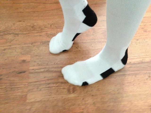 Levantar el talón del pie derecho manteniendo los dedos de los pies en el suelo