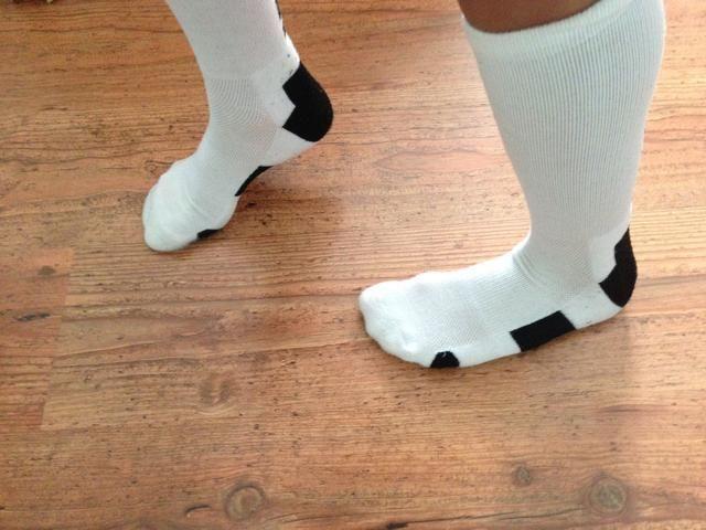 Deslice el pie izquierdo hacia atrás manteniendo el pie derecho en el mismo lugar!