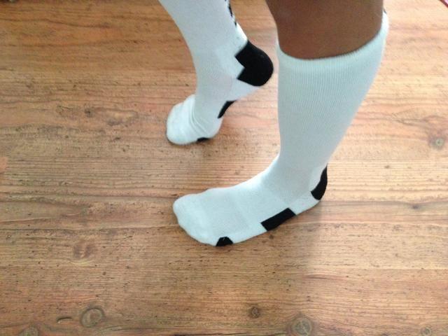 A continuación, repita los pasos levantando el talón del pie derecho manteniendo los dedos de los pies en el suelo