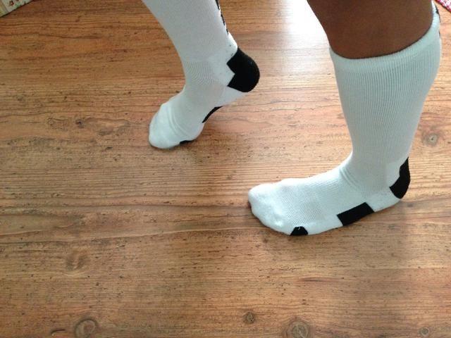 Deslice la parte posterior del pie izquierdo manteniendo el pie derecho en el mismo lugar