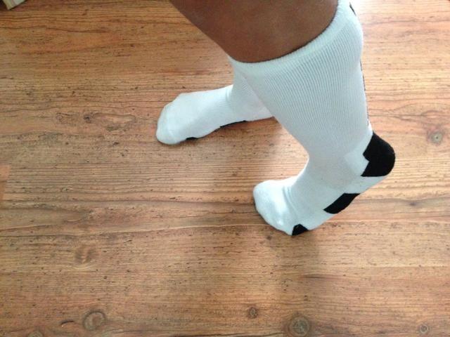 A continuación, levante el talón del pie izquierdo manteniendo los dedos de los pies en el suelo