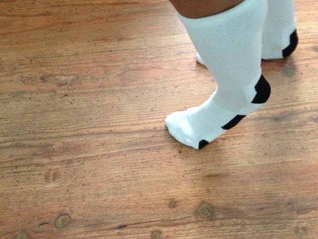 Deslice la espalda paralela pie derecho con el pie izquierdo luego repetir la medida de lo que deseas moonwalk!